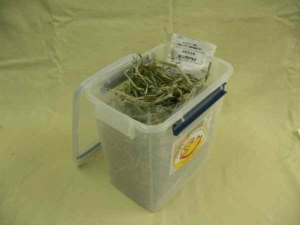 入荷待ち 牧草を湿気から守る チャーター牧草1Kgパックがぴったり入る牧草ストッカー大型乾燥剤付